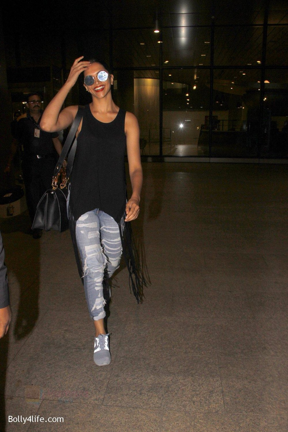 Deepika-Padukone-snapped-at-airport-on-31st-Oct-2016-9.jpg