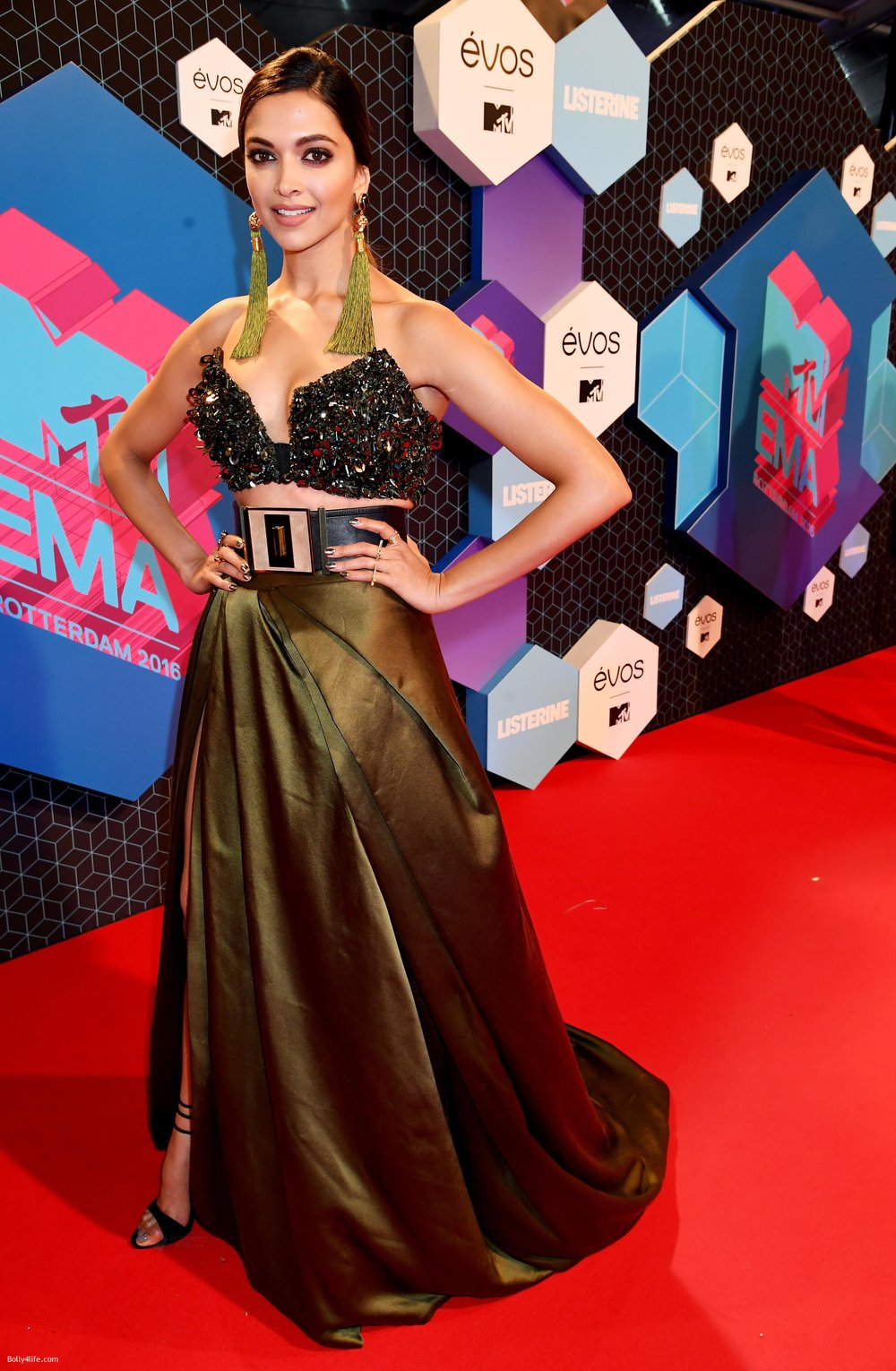 Deepika-Padukone-at-MTV-EMA-2016-Red-carpet-on-6th-Oct-2016-11.jpg