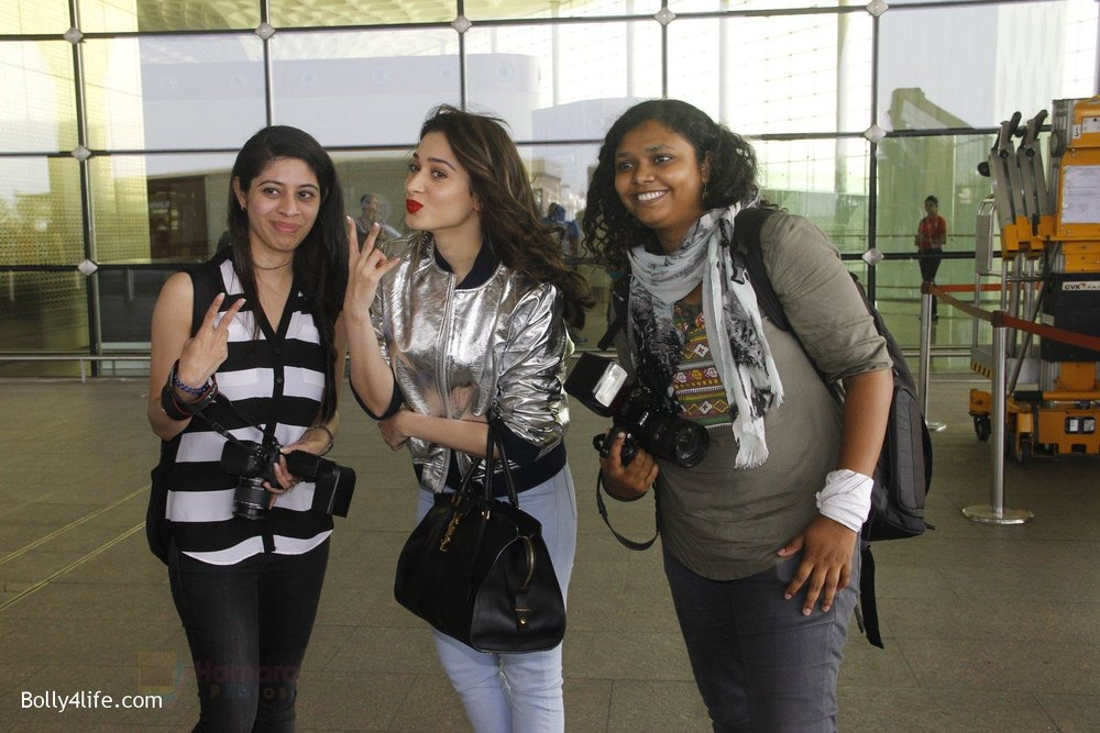 Tamannaah-Bhatia-snapped-at-airport-on-6th-Nov-2016-34.jpg