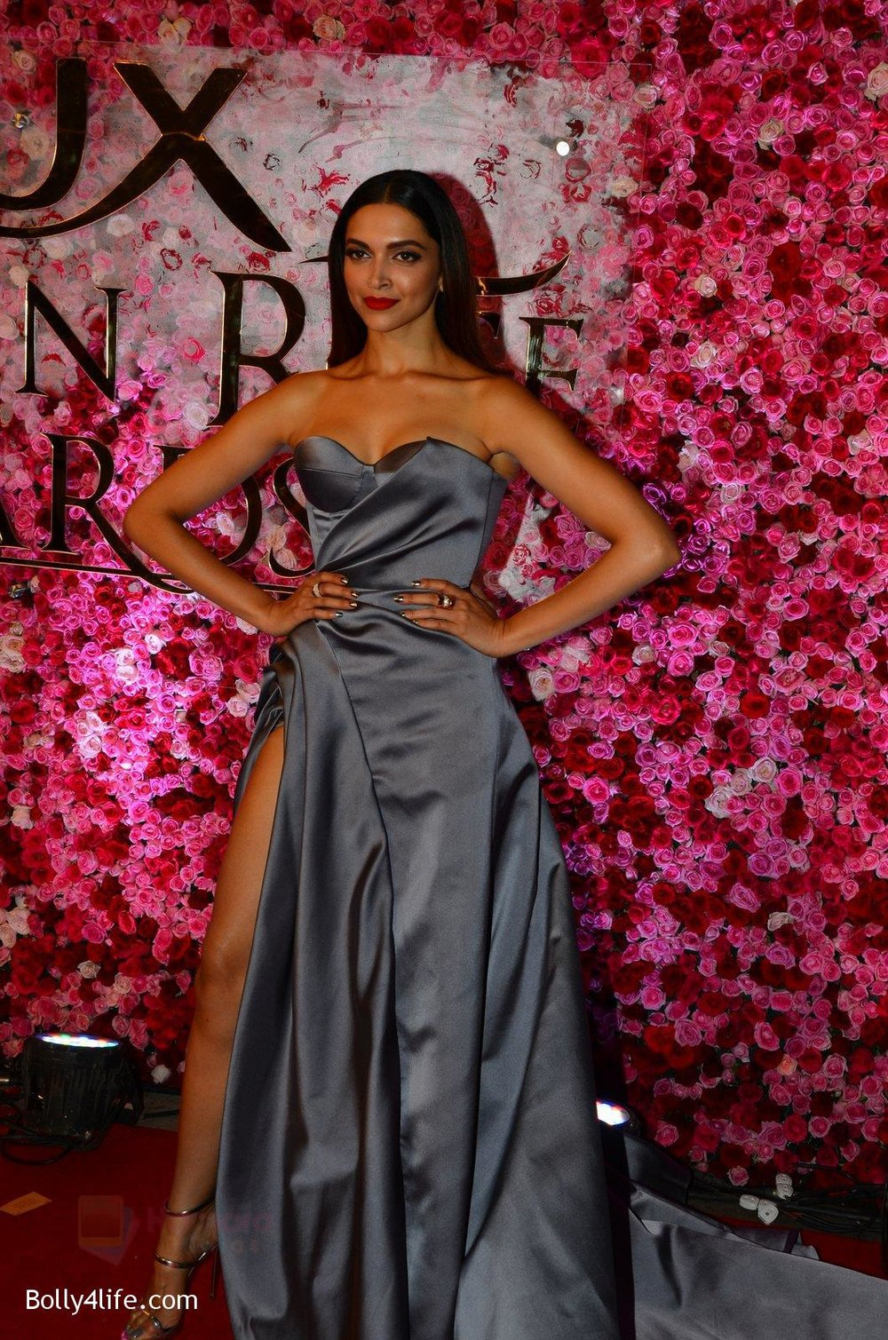 Deepika-Padukone-at-Lux-Golden-Rose-Awards-2016-on-12th-Nov-2016-6.jpg