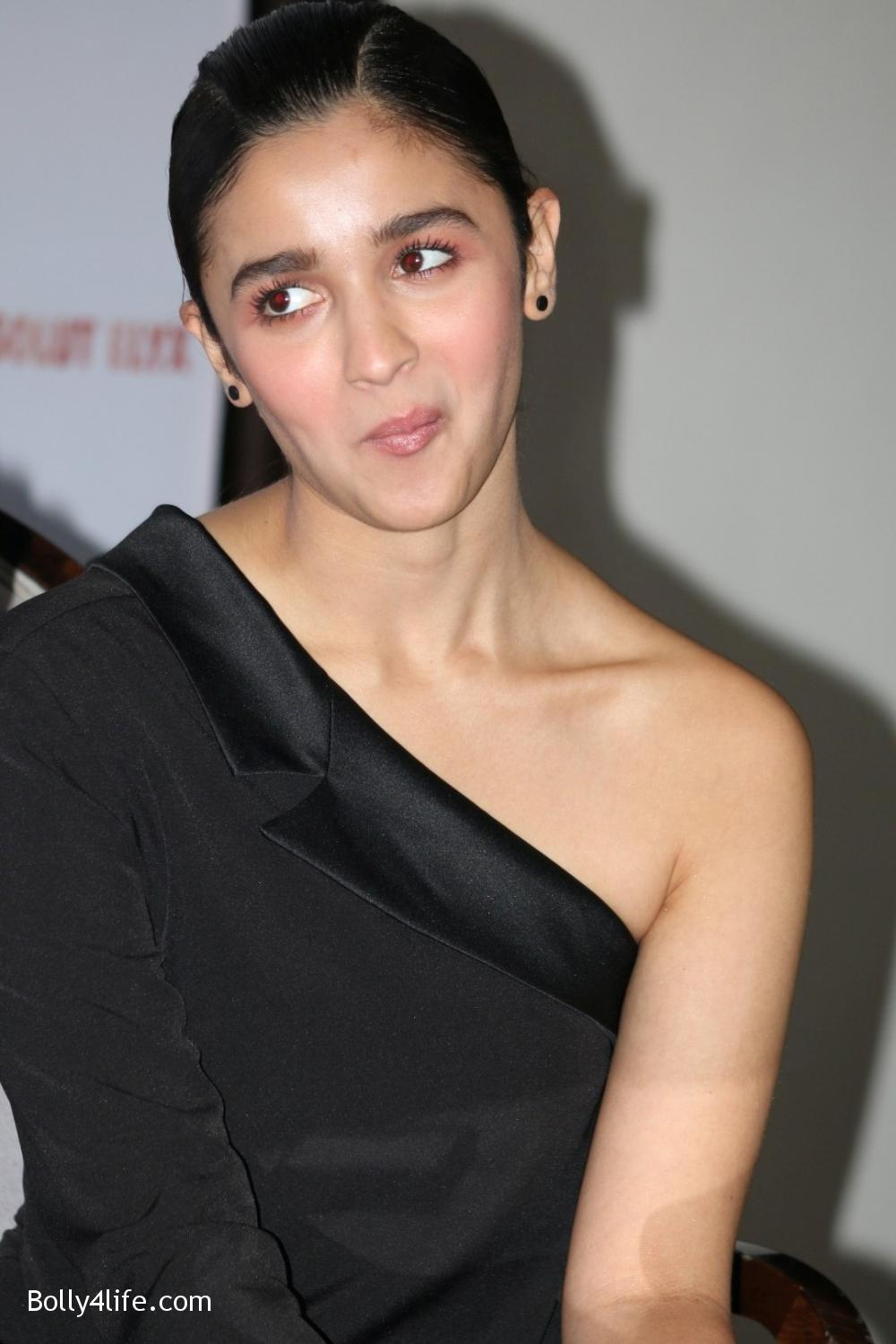 Alia-Bhatt-during-the-Absolut-Elyx-Filmfare-Glamour-and-Style-Awards-cover-launch-10.jpg