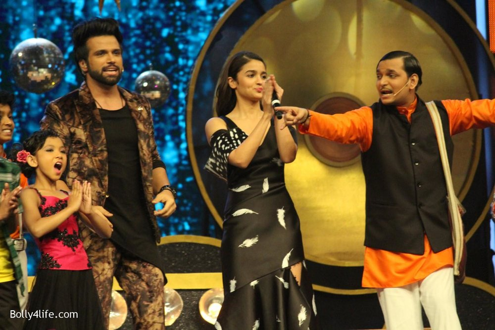 Alia-Bhatt-during-the-promotion-of-film-Dear-Zindagi-on-the-sets-of-Sony-TV-reality-show-Super-Dancer-2.jpg