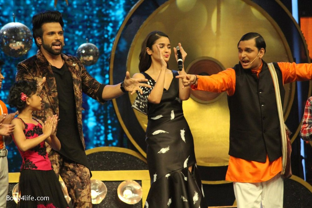 Alia-Bhatt-during-the-promotion-of-film-Dear-Zindagi-on-the-sets-of-Sony-TV-reality-show-Super-Dancer-6.jpg