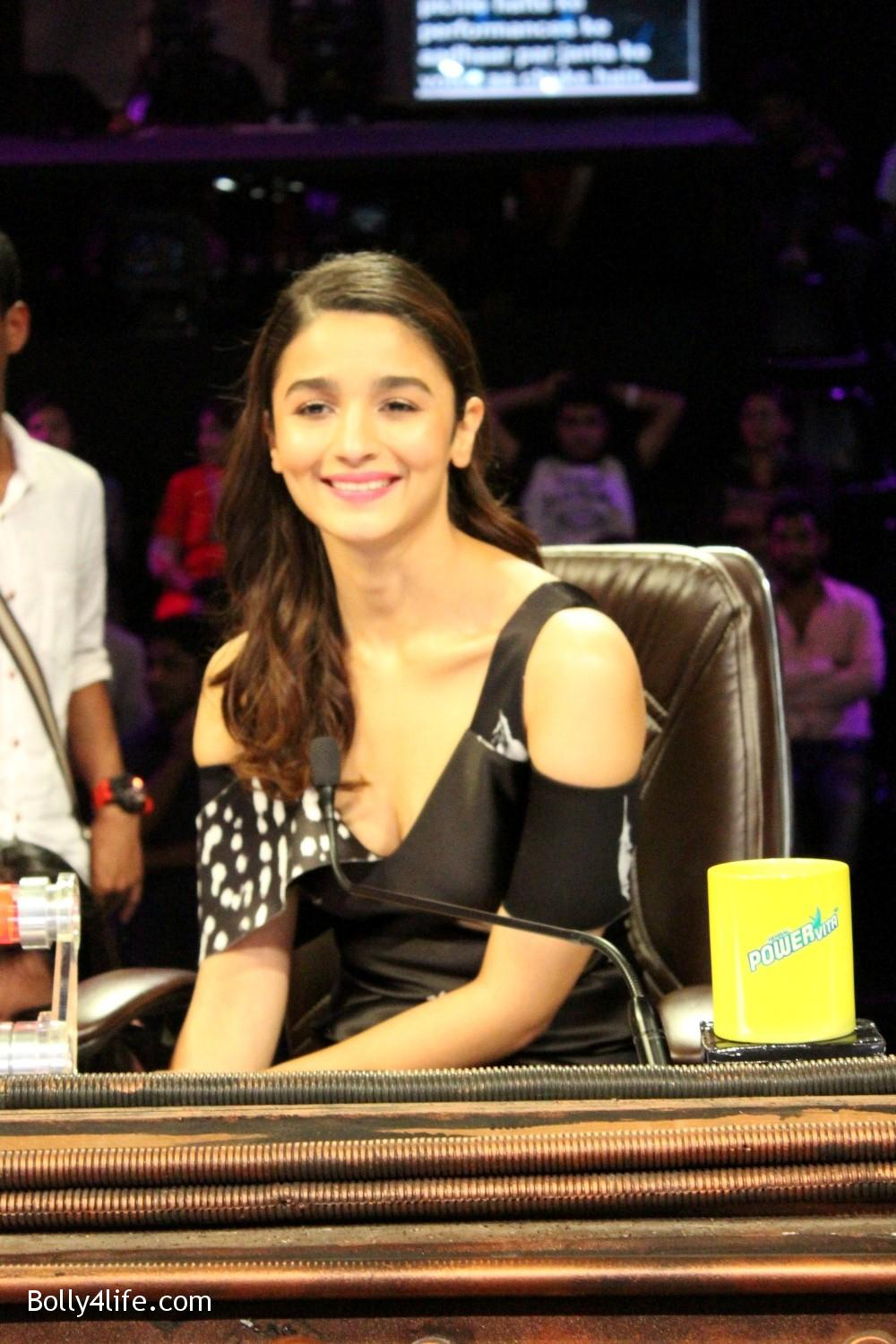 Alia-Bhatt-during-the-promotion-of-film-Dear-Zindagi-on-the-sets-of-Sony-TV-reality-show-Super-Dancer-8.jpg
