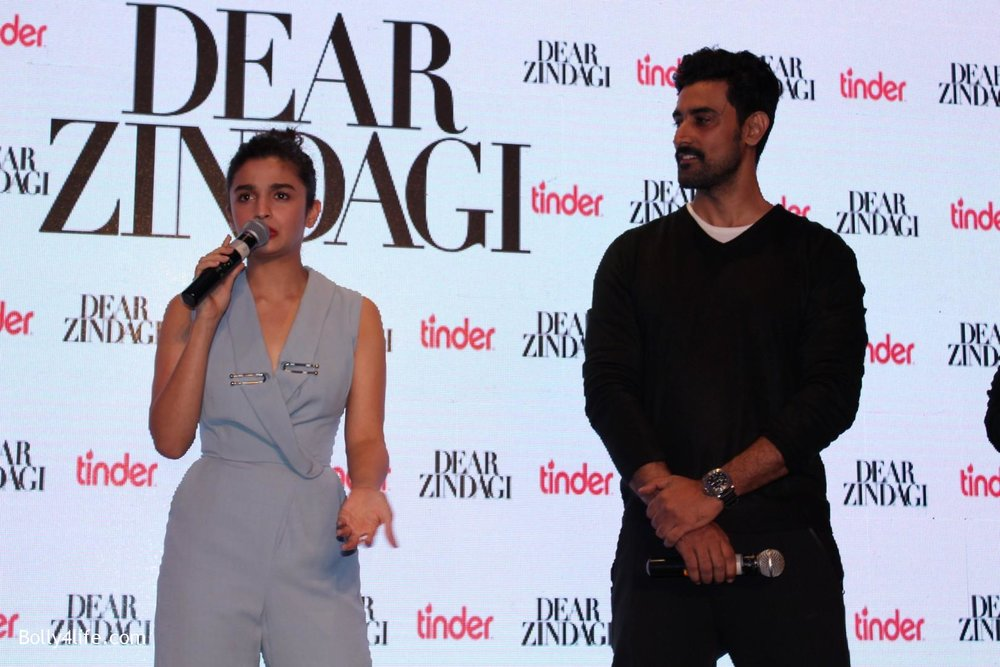 Alia-Bhatt-and-Kunal-Kapoor-during-promotion-of-film-Dear-Zindagi-1.jpg