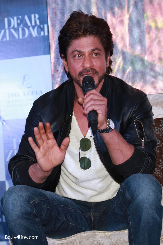Shah-Rukh-Khan-Alia-Bhatt-and-filmmaker-Gauri-Shinde-during-a-press-conference-to-promote-Dear-Zindagi-1.jpg