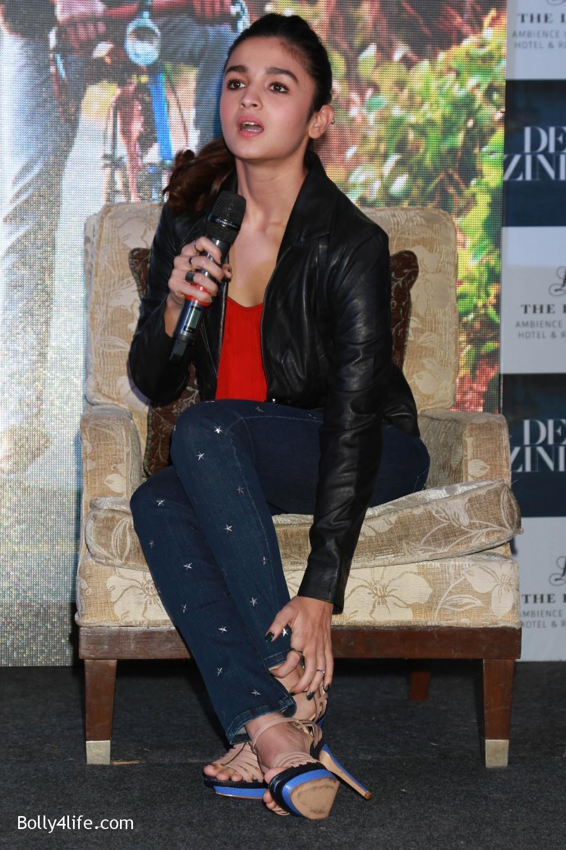 Shah-Rukh-Khan-Alia-Bhatt-and-filmmaker-Gauri-Shinde-during-a-press-conference-to-promote-Dear-Zindagi-2.jpg