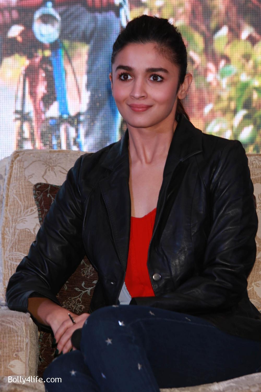 Shah-Rukh-Khan-Alia-Bhatt-and-filmmaker-Gauri-Shinde-during-a-press-conference-to-promote-Dear-Zindagi-4.jpg