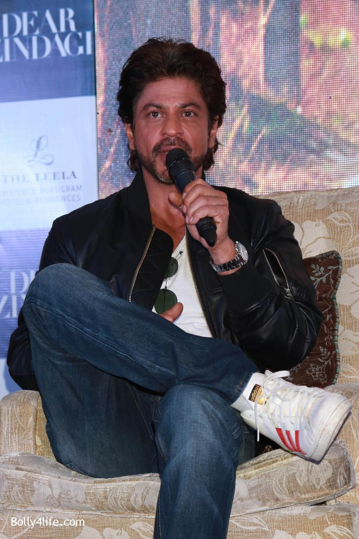 Shah-Rukh-Khan-Alia-Bhatt-and-filmmaker-Gauri-Shinde-during-a-press-conference-to-promote-Dear-Zindagi-7.jpg