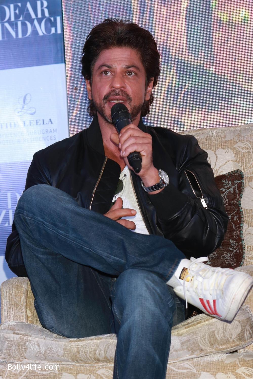 Shah-Rukh-Khan-Alia-Bhatt-and-filmmaker-Gauri-Shinde-during-a-press-conference-to-promote-Dear-Zindagi-8.jpg