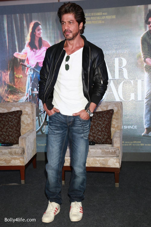 Shah-Rukh-Khan-Alia-Bhatt-and-filmmaker-Gauri-Shinde-during-a-press-conference-to-promote-Dear-Zindagi-9.jpg