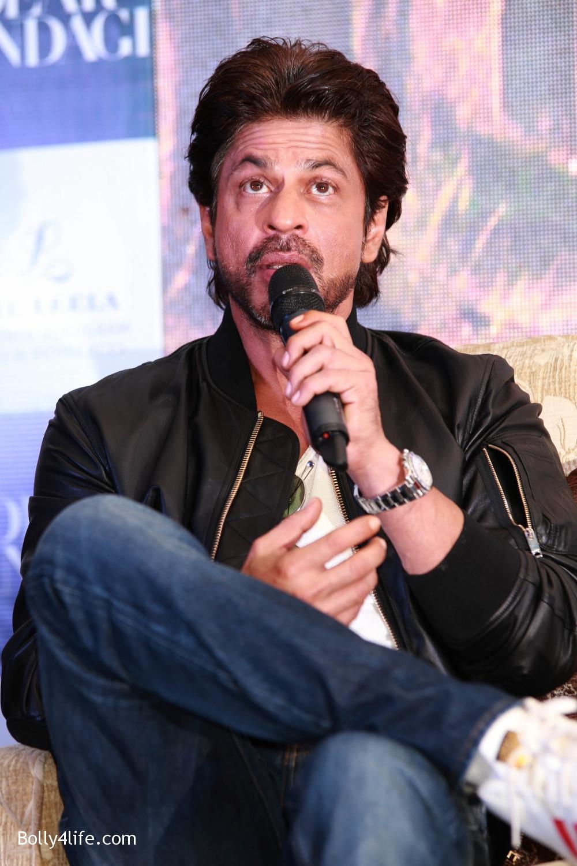 Shah-Rukh-Khan-Alia-Bhatt-and-filmmaker-Gauri-Shinde-during-a-press-conference-to-promote-Dear-Zindagi-10.jpg