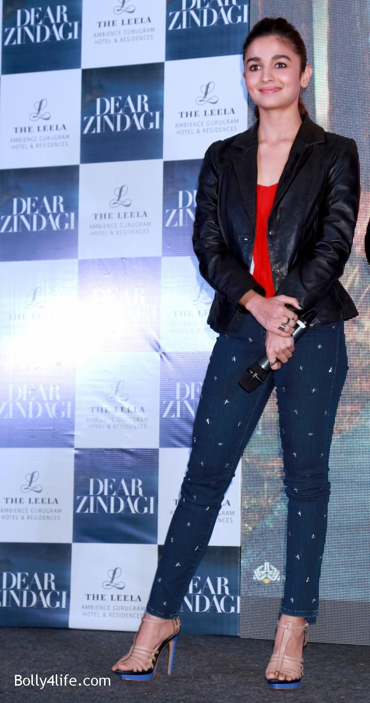 Shah-Rukh-Khan-Alia-Bhatt-and-filmmaker-Gauri-Shinde-during-a-press-conference-to-promote-Dear-Zindagi-15.jpg