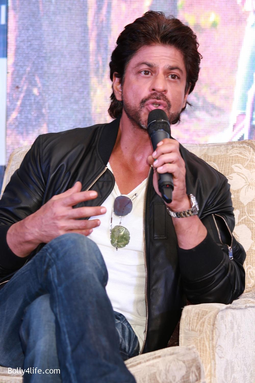 Shah-Rukh-Khan-Alia-Bhatt-and-filmmaker-Gauri-Shinde-during-a-press-conference-to-promote-Dear-Zindagi-16.jpg
