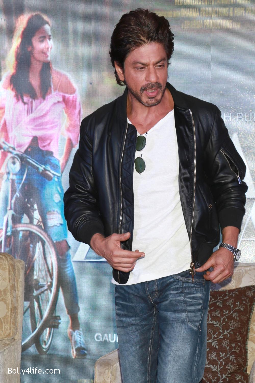 Shah-Rukh-Khan-Alia-Bhatt-and-filmmaker-Gauri-Shinde-during-a-press-conference-to-promote-Dear-Zindagi-20.jpg