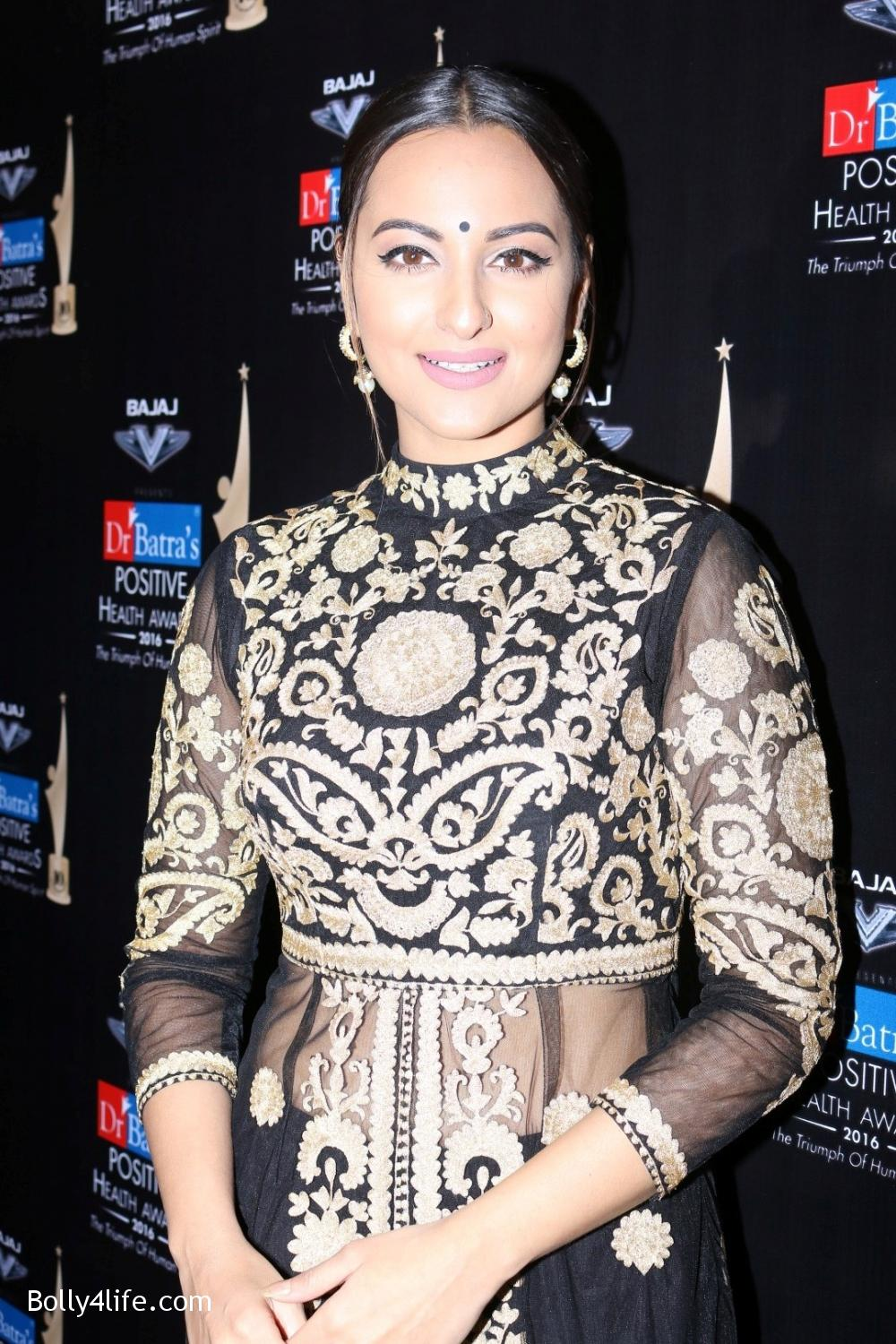 Sonakshi-Sinha-during-Dr-Batras-Positive-Health-Awards-2016-1.jpg