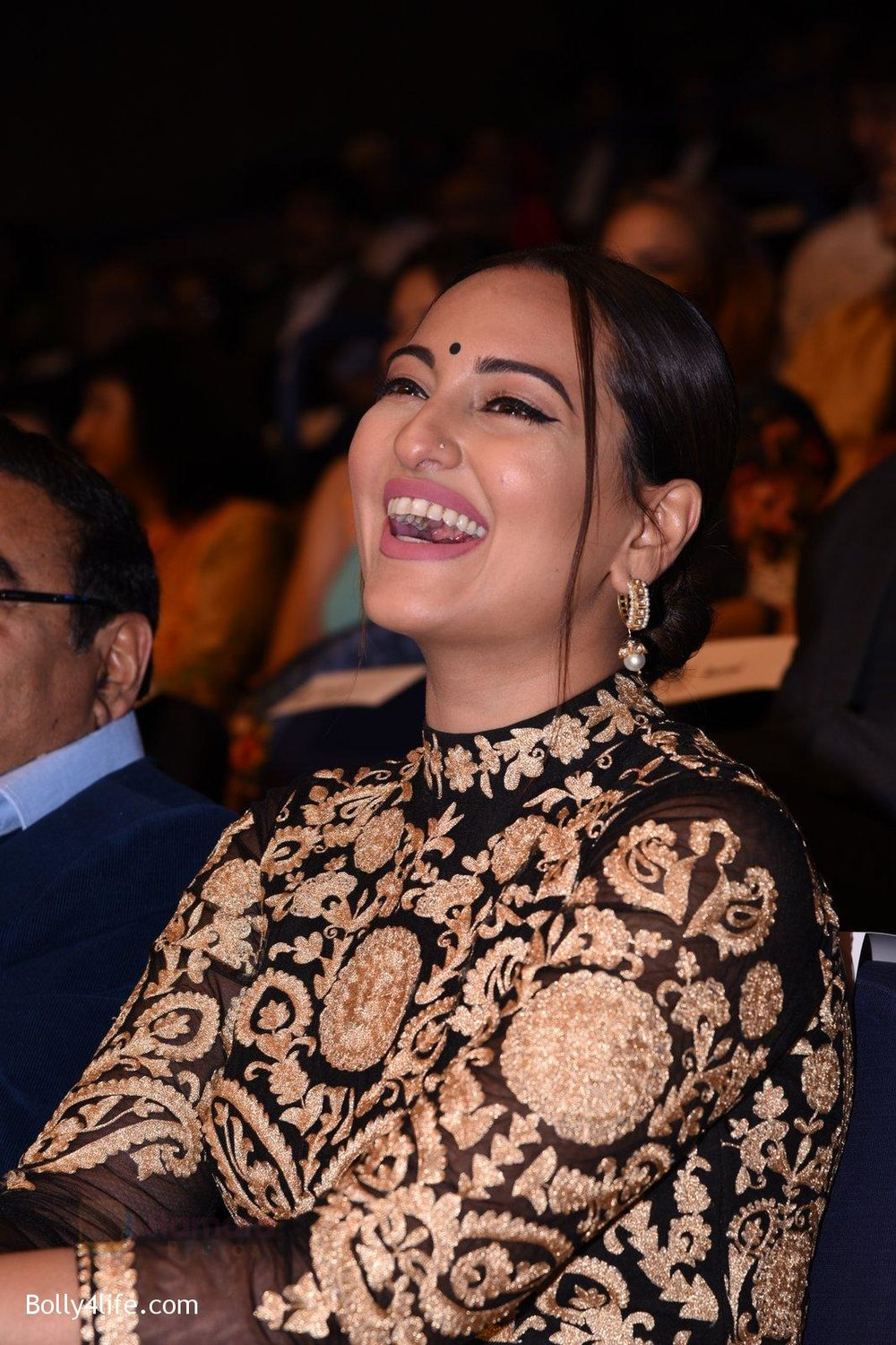 Sonakshi-Sinha-during-Dr-Batras-Positive-Health-Awards-2016-2.jpg