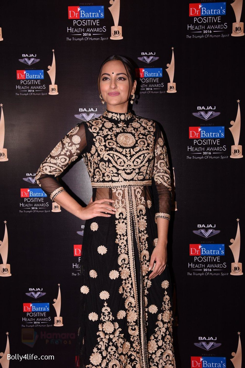 Sonakshi-Sinha-during-Dr-Batras-Positive-Health-Awards-2016-4.jpg