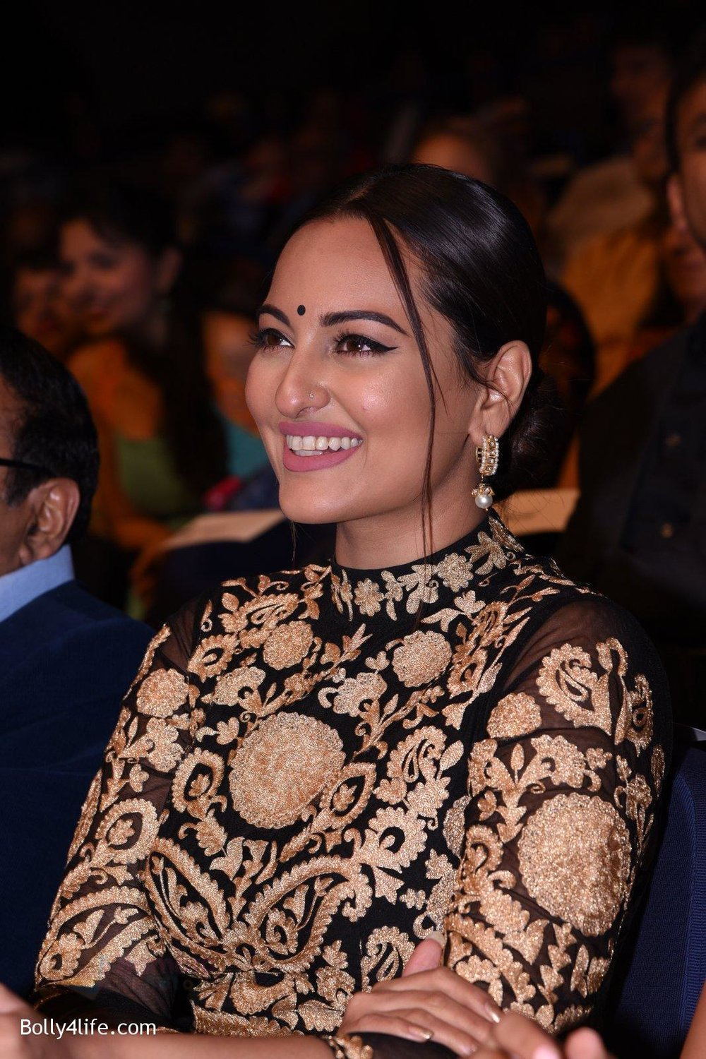 Sonakshi-Sinha-during-Dr-Batras-Positive-Health-Awards-2016-6.jpg