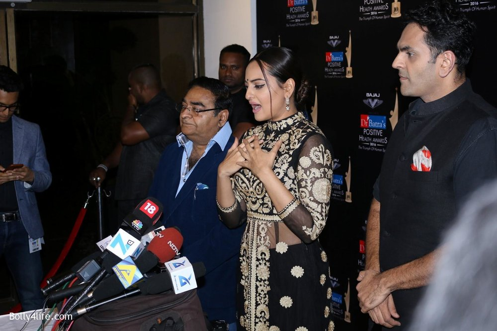 Sonakshi-Sinha-during-Dr-Batras-Positive-Health-Awards-2016-8.jpg