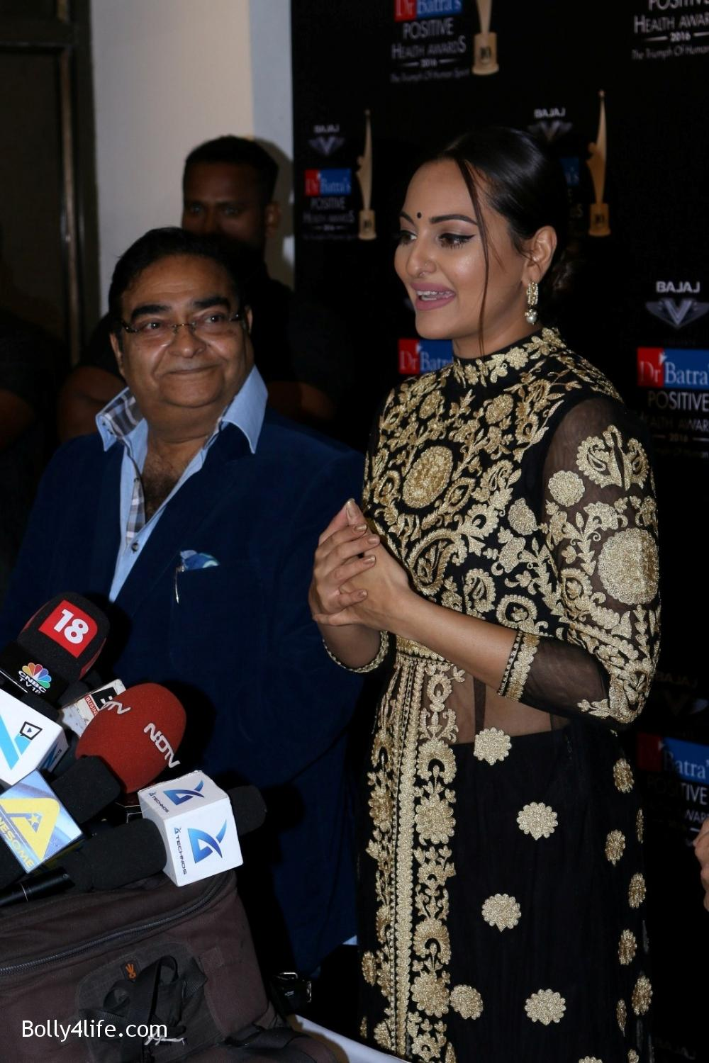 Sonakshi-Sinha-during-Dr-Batras-Positive-Health-Awards-2016-10.jpg