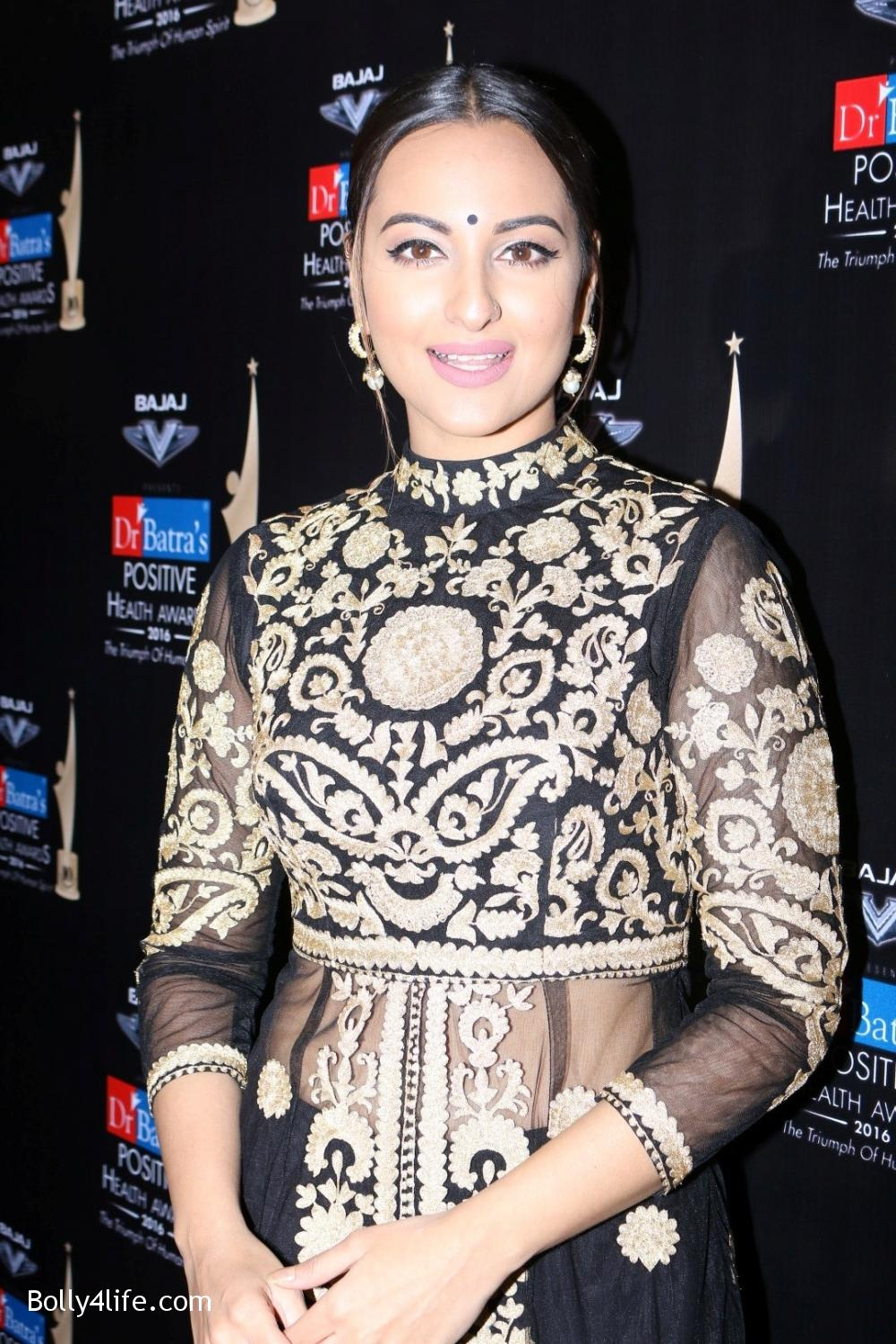 Sonakshi-Sinha-during-Dr-Batras-Positive-Health-Awards-2016-12.jpg