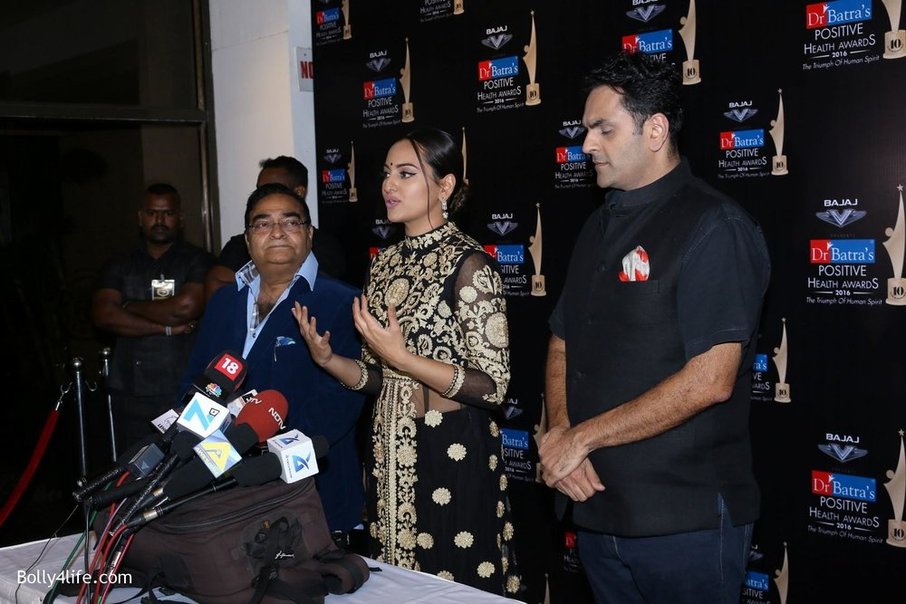 Sonakshi-Sinha-during-Dr-Batras-Positive-Health-Awards-2016-14.jpg