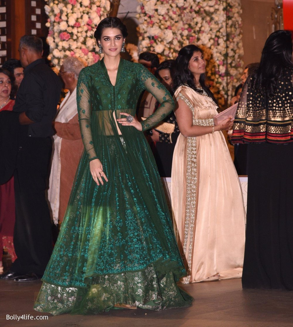Kriti-Sanon-at-the-Ambanis-wedding-party-of-their-niece-Isheta-Salgaoncar-1.jpg