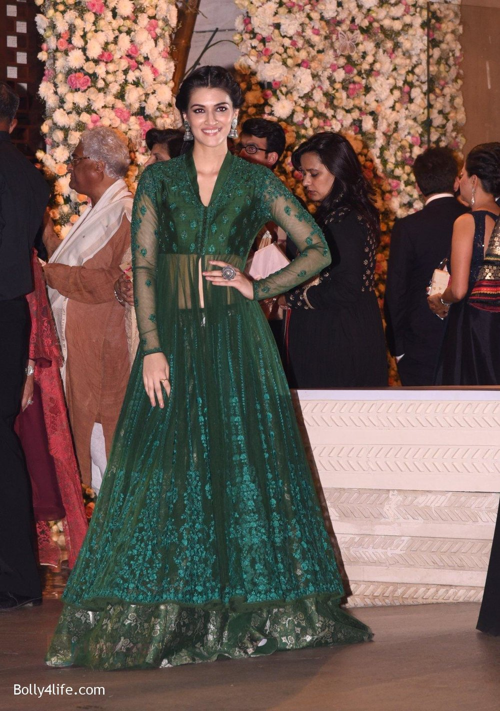 Kriti-Sanon-at-the-Ambanis-wedding-party-of-their-niece-Isheta-Salgaoncar-4.jpg