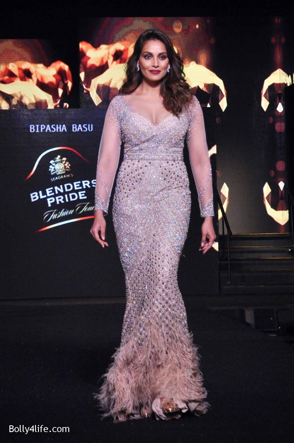 Bipasha-Basu-walks-the-ramp-during-Blenders-Pride-Fashion-Tour-2016-in-Kolkata-3.jpg