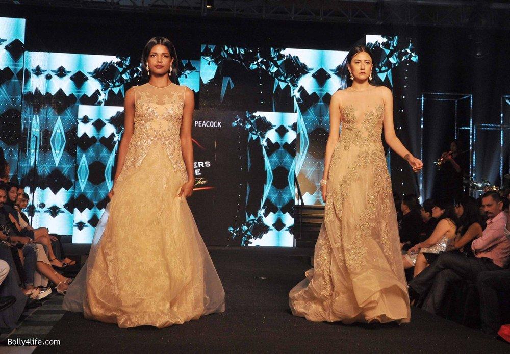 Bipasha-Basu-walks-the-ramp-during-Blenders-Pride-Fashion-Tour-2016-in-Kolkata-8.jpg