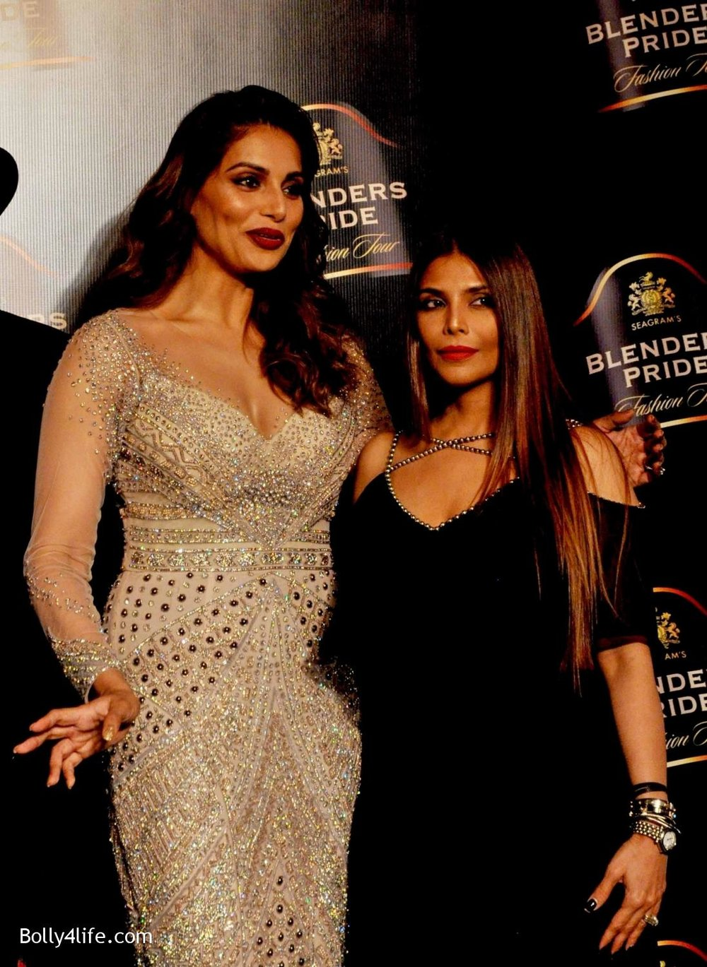 Bipasha-Basu-walks-the-ramp-during-Blenders-Pride-Fashion-Tour-2016-in-Kolkata-9.jpg