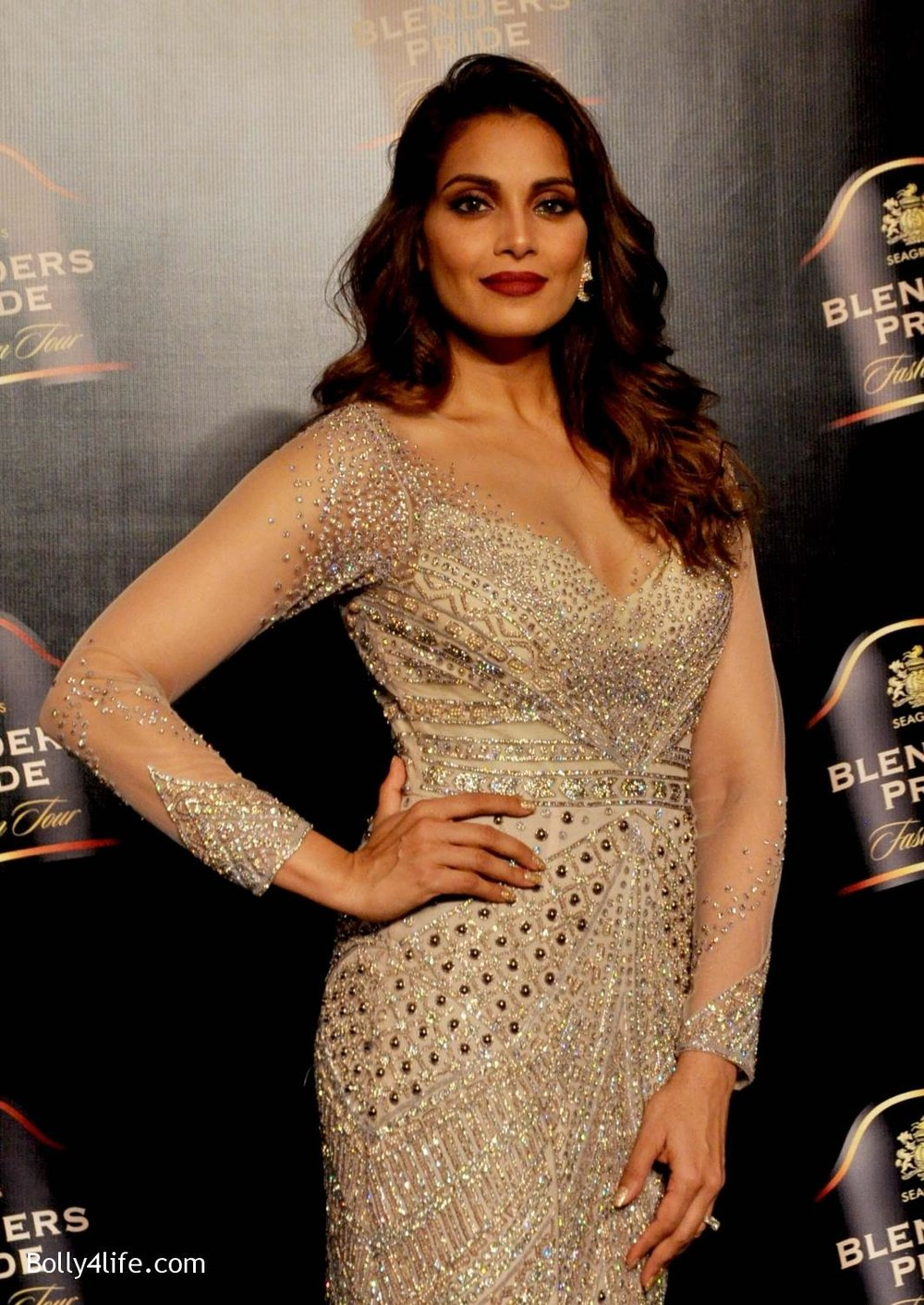 Bipasha-Basu-walks-the-ramp-during-Blenders-Pride-Fashion-Tour-2016-in-Kolkata-19.jpg