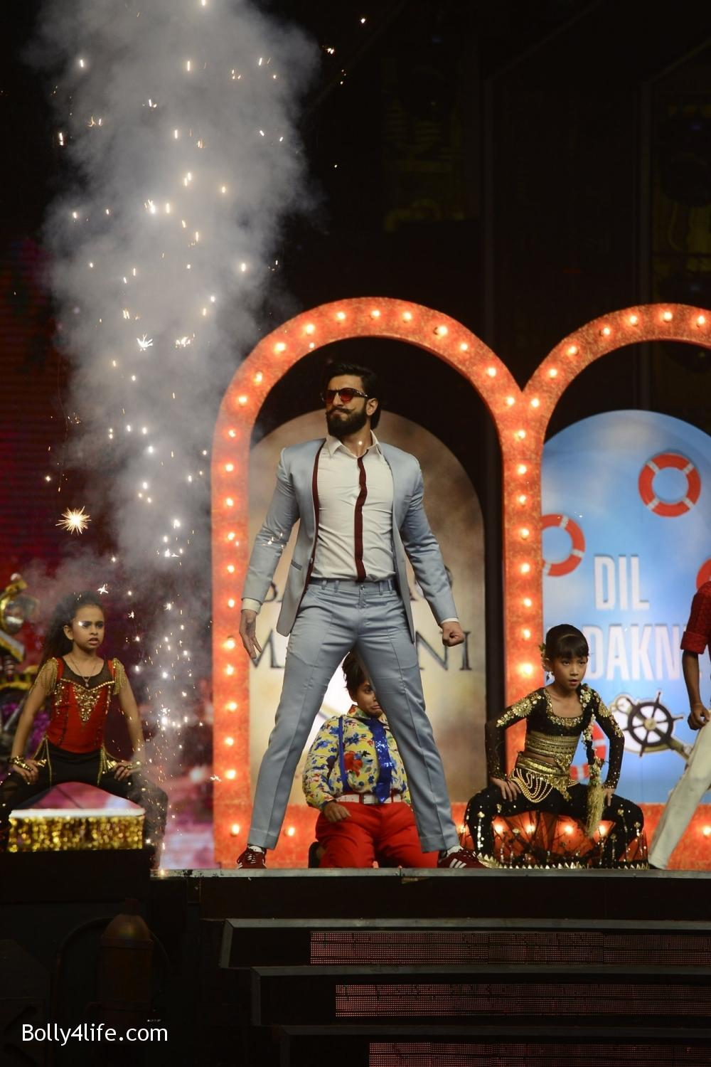 Ranveer-Singh-and-Vaani-Kapoor-during-the-promotion-of-film-Befikre-on-the-sets-of-Sony-TV-reality-show-Super-Dancer-6.jpg