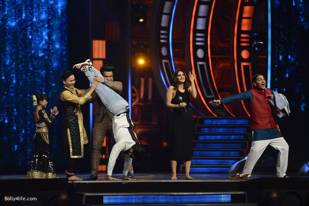 Ranveer-Singh-and-Vaani-Kapoor-during-the-promotion-of-film-Befikre-on-the-sets-of-Sony-TV-reality-show-Super-Dancer-11.jpg