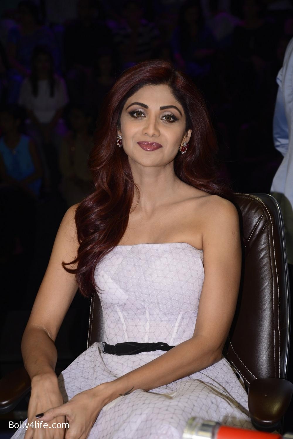 Shilpa-Shetty-during-on-the-sets-of-Sony-TV-reality-show-Super-Dancer-1.jpg