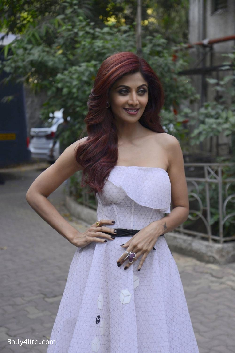 Shilpa-Shetty-during-on-the-sets-of-Sony-TV-reality-show-Super-Dancer-2.jpg