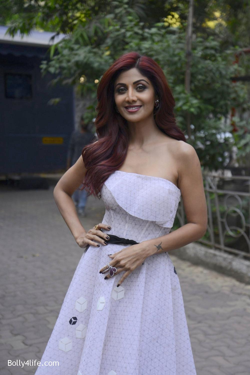 Shilpa-Shetty-during-on-the-sets-of-Sony-TV-reality-show-Super-Dancer-3.jpg