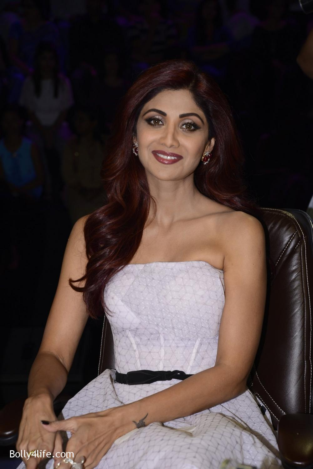 Shilpa-Shetty-during-on-the-sets-of-Sony-TV-reality-show-Super-Dancer-4.jpg
