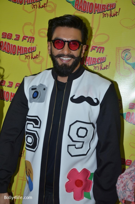 Ranveer-Singh-and-Veena-Kapoor-during-the-promotion-of-film-Befikre-at-Radio-Mirchi-studio-6.jpg
