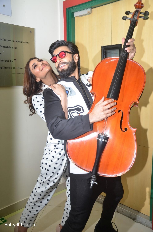 Ranveer-Singh-and-Veena-Kapoor-during-the-promotion-of-film-Befikre-at-Radio-Mirchi-studio-8.jpg