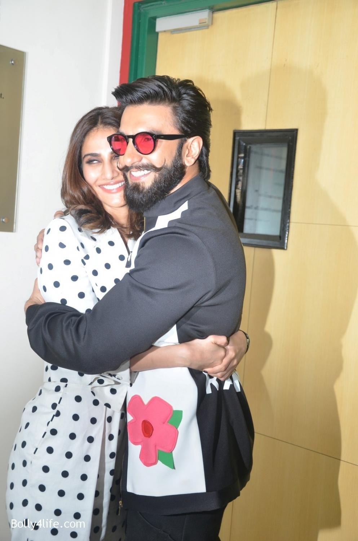 Ranveer-Singh-and-Veena-Kapoor-during-the-promotion-of-film-Befikre-at-Radio-Mirchi-studio-10.jpg