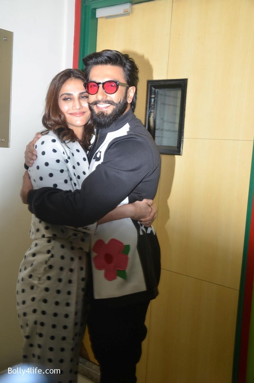 Ranveer-Singh-and-Veena-Kapoor-during-the-promotion-of-film-Befikre-at-Radio-Mirchi-studio-11.jpg