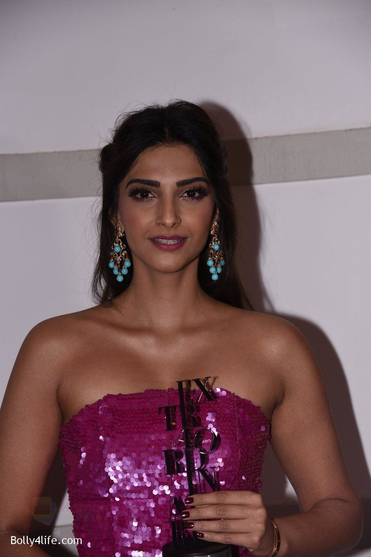 Sonam-Kapoor-at-Brand-Vision-Awards-in-Mumbai-6.jpg