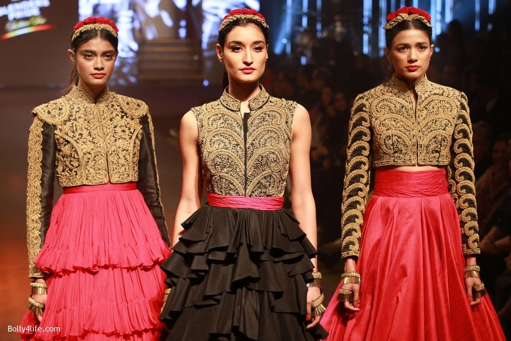 Sonam-Kapoor-walks-on-ramp-for-designers-Shantanu-and-Nikhils-show-during-the-Blenders-Pride-Fashion-Tour-2016-3.jpg