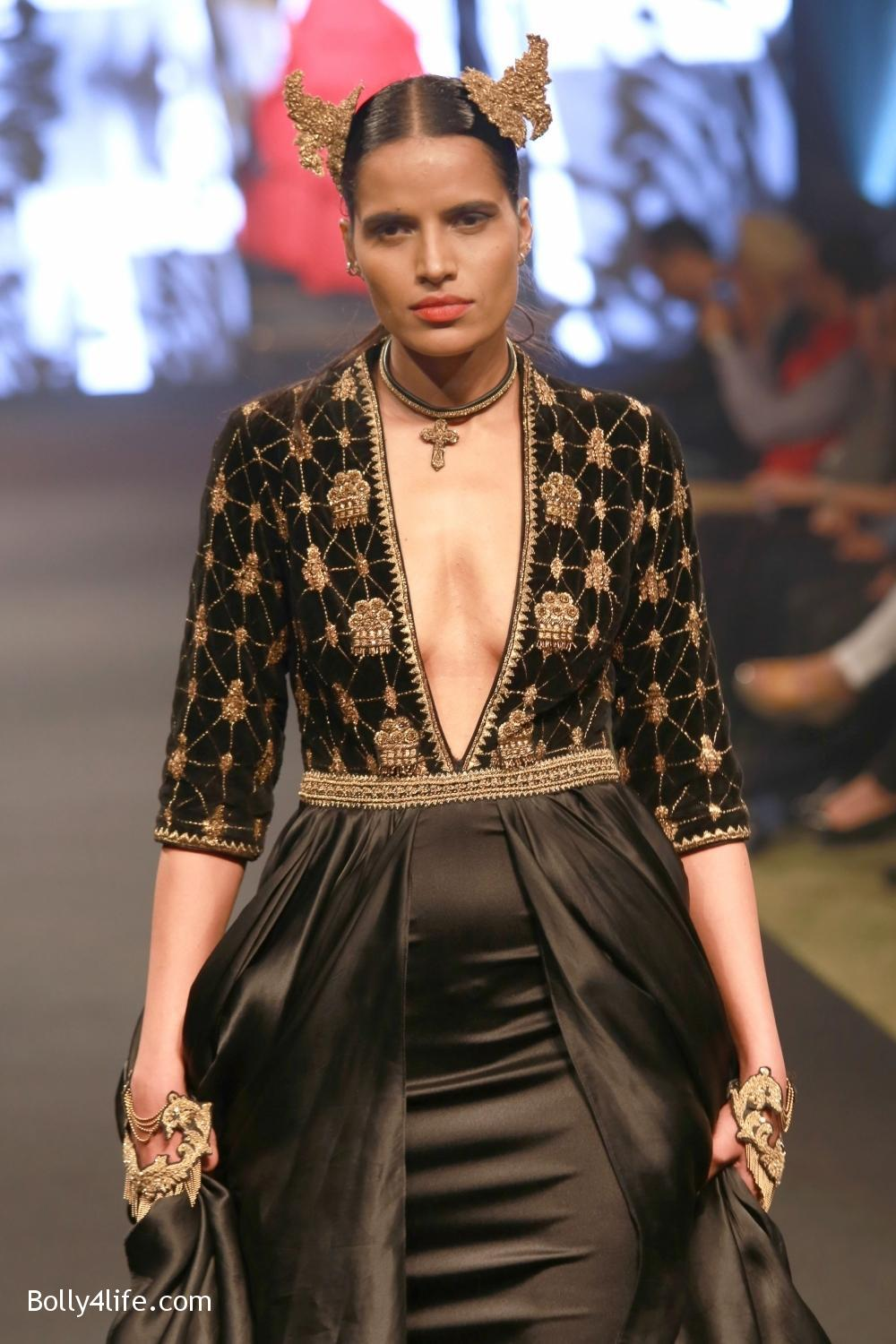 Sonam-Kapoor-walks-on-ramp-for-designers-Shantanu-and-Nikhils-show-during-the-Blenders-Pride-Fashion-Tour-2016-8.jpg