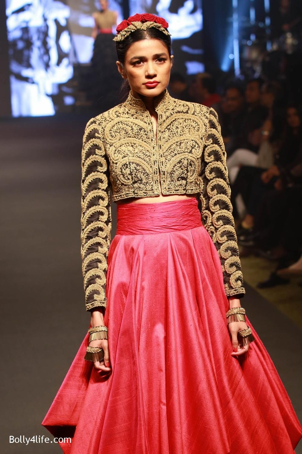 Sonam-Kapoor-walks-on-ramp-for-designers-Shantanu-and-Nikhils-show-during-the-Blenders-Pride-Fashion-Tour-2016-9.jpg