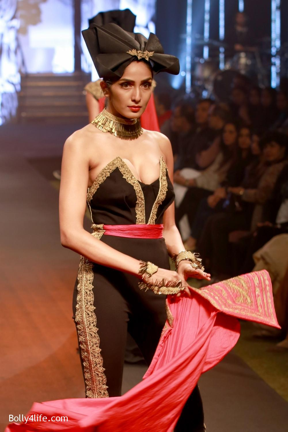 Sonam-Kapoor-walks-on-ramp-for-designers-Shantanu-and-Nikhils-show-during-the-Blenders-Pride-Fashion-Tour-2016-10.jpg