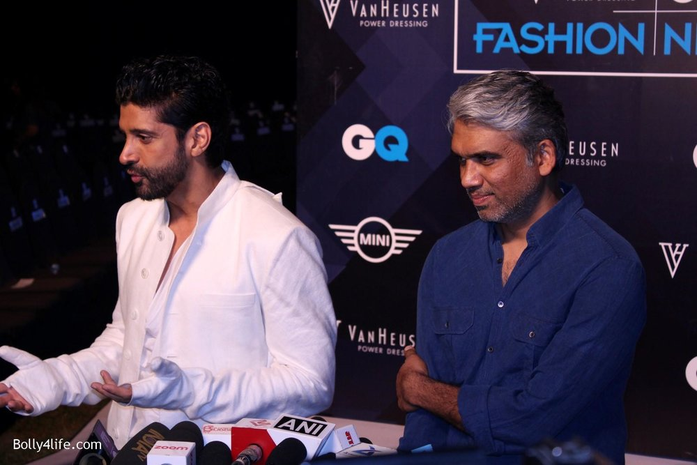 Farhan-Akhtar-displays-the-creation-of-fashion-designer-Rajesh-Pratap-Singh-5.jpg