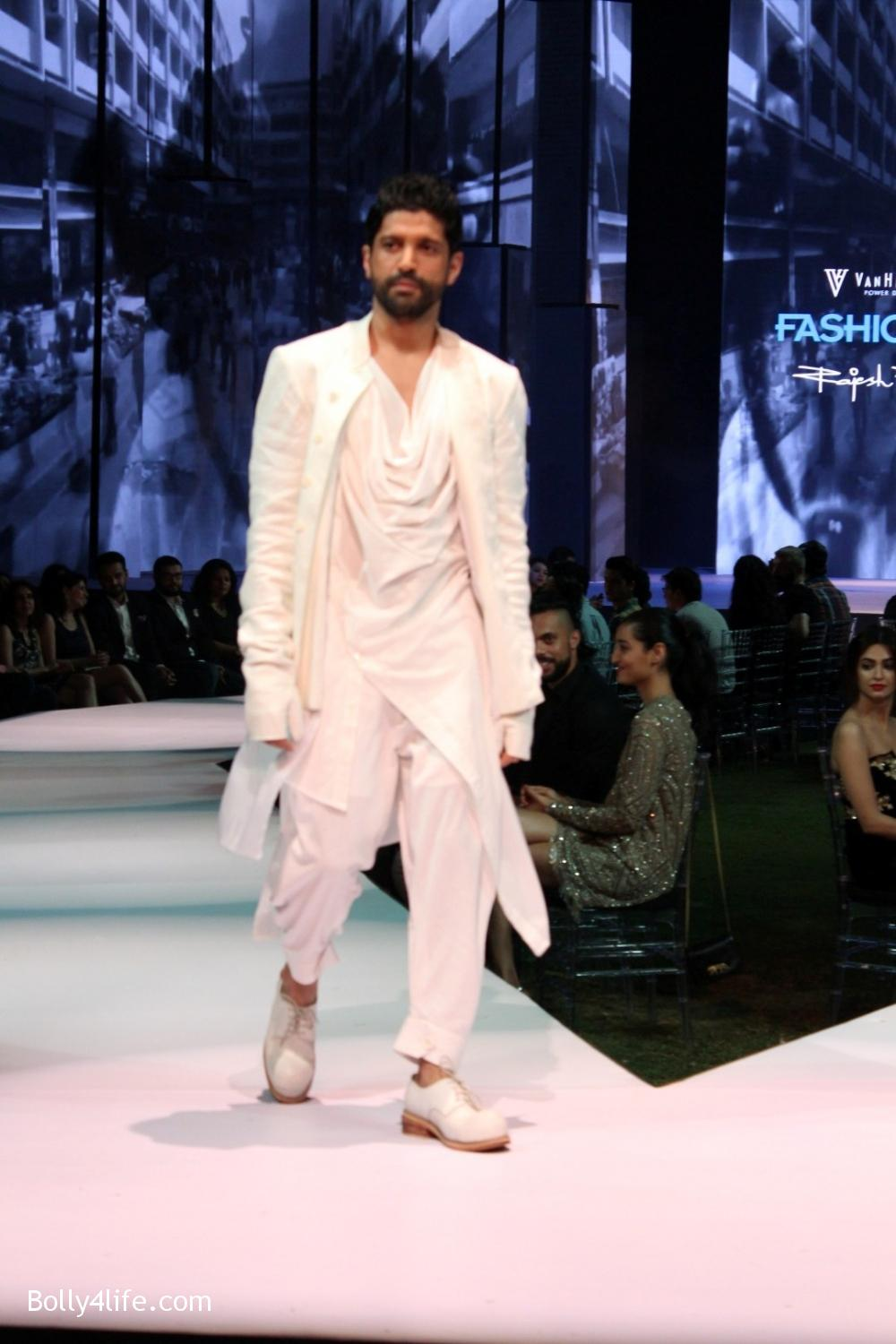 Farhan-Akhtar-displays-the-creation-of-fashion-designer-Rajesh-Pratap-Singh-6.jpg